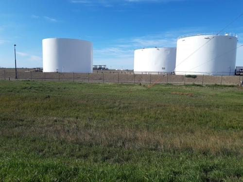 Syklet forbi mange små oljebrønner som var i drift.
